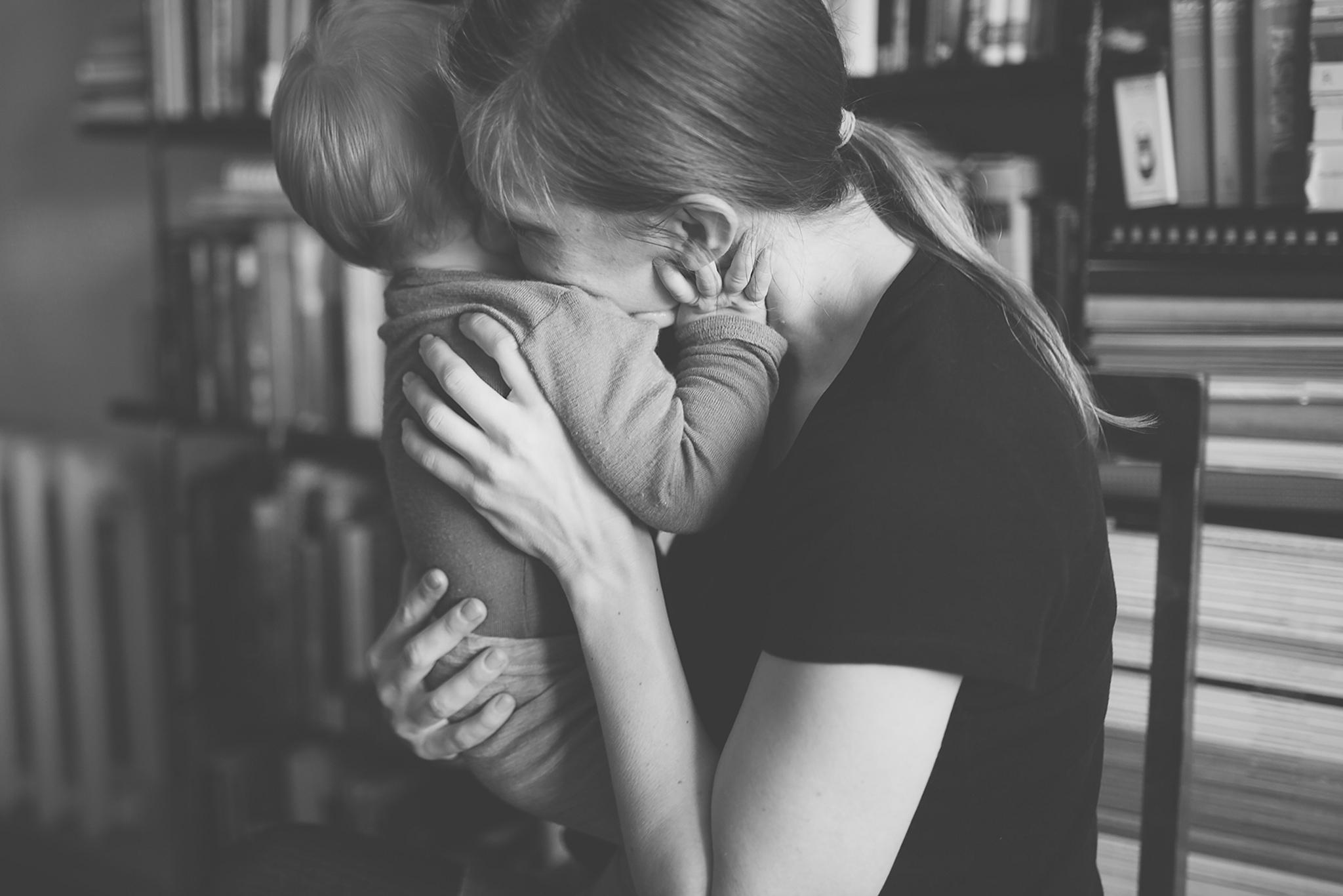 Foto emotsioonist, kus ema ja laps kallistavad