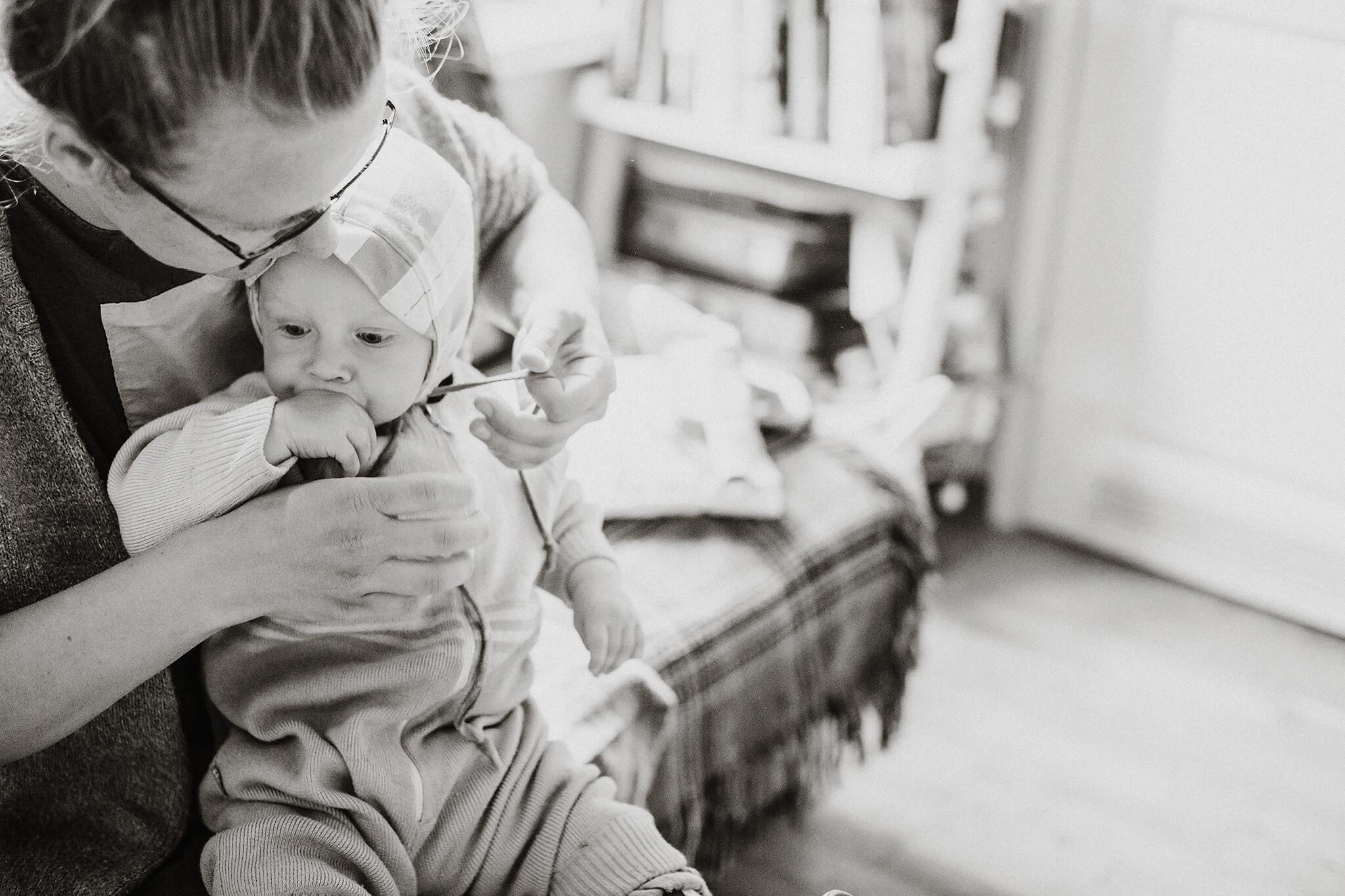 dokumentalistlik foto, ema riietamas last