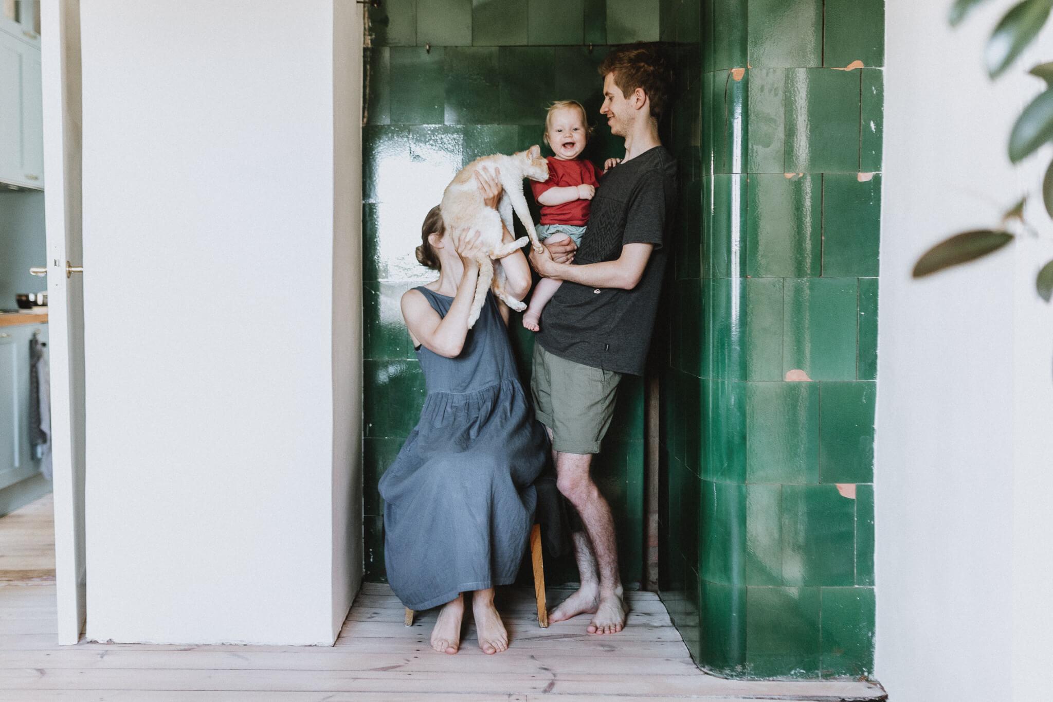 Elustiilifoto perest Tammelinna kodus. Ema, isa, tütar ja kass.