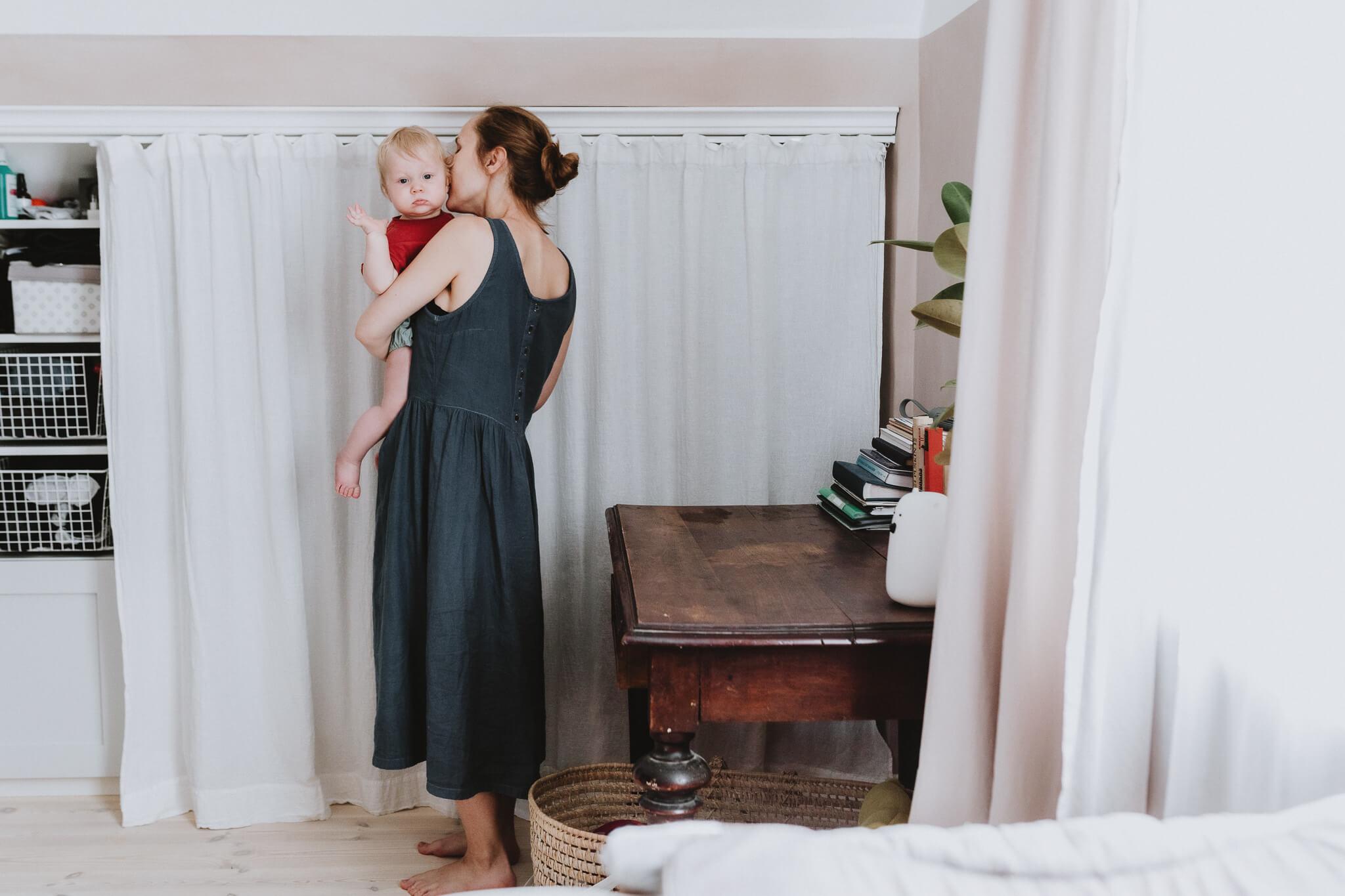 Perepilt Tartus Tammelinna kodus, ema hoiab aastast last süles.