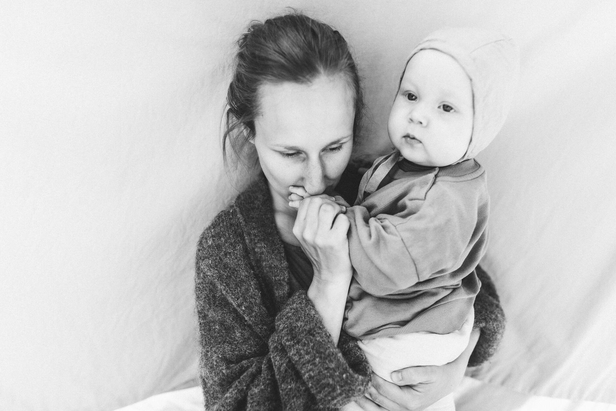 Mustvalge portreepilt emast koos lapsega Tartus Tammelinnas