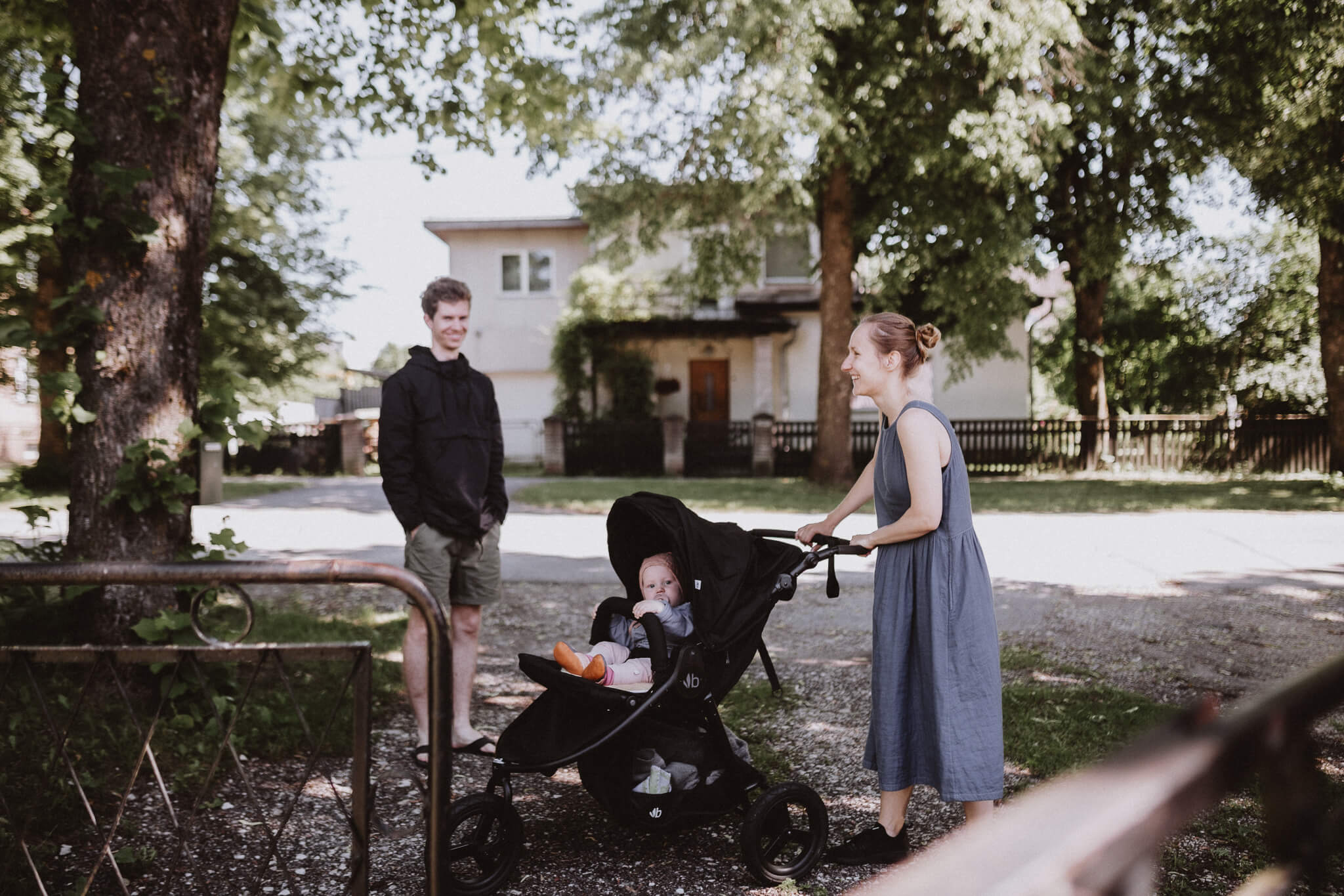 Perepilt - isa, ema ja aastane laps kärus, Tartus Tammelinna tänaval soojal juunikuu päeval.