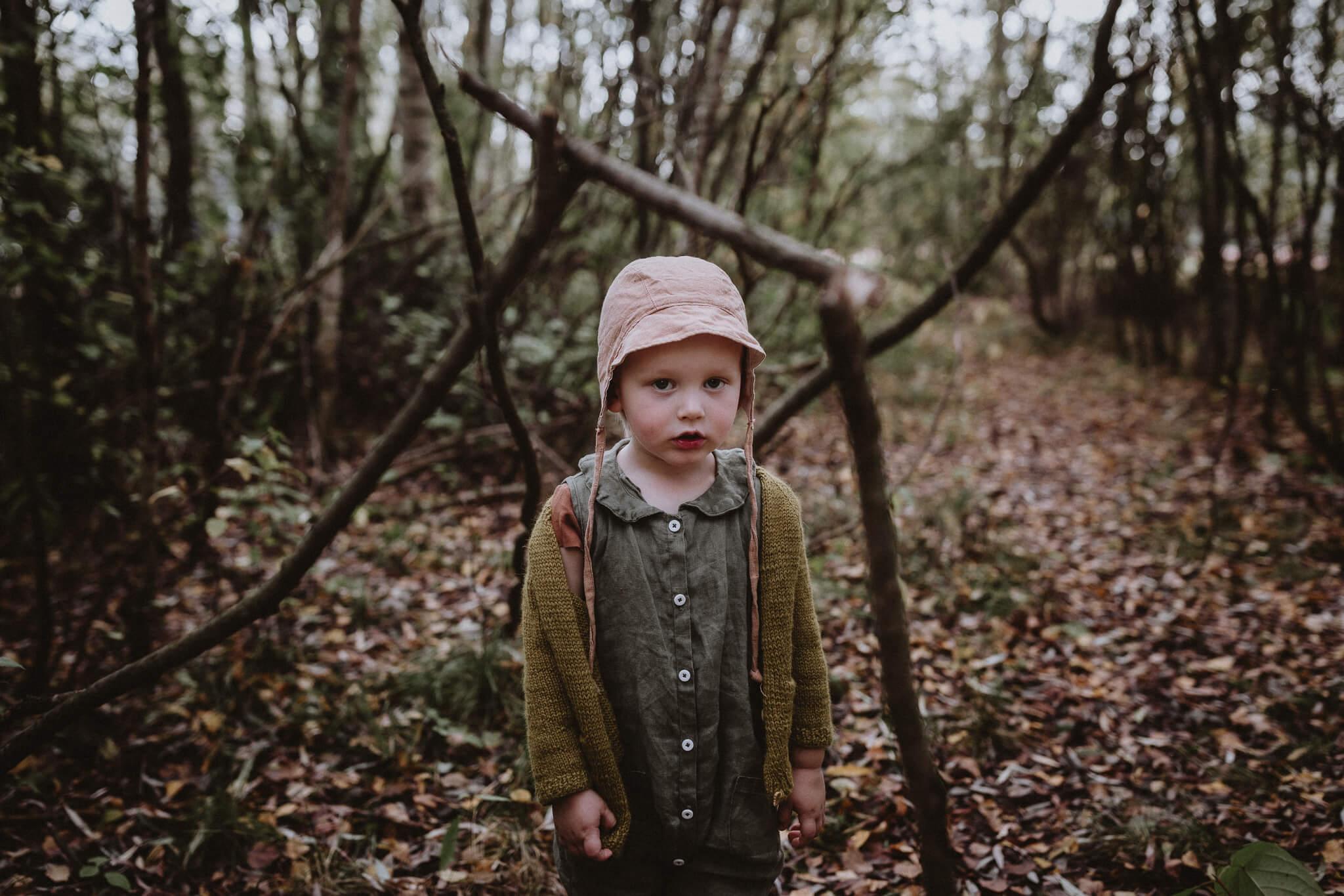 portree kolmesaastasest poisit sügiseses metsas