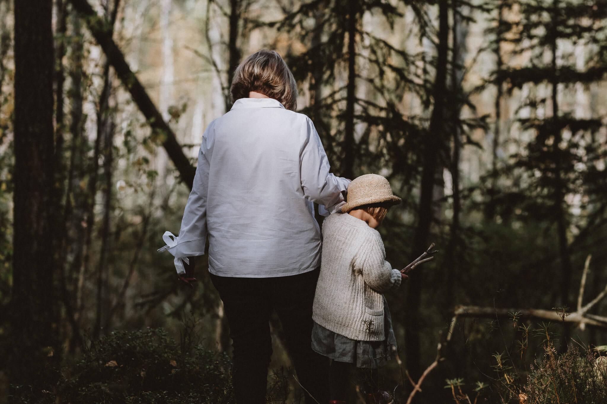 Väike tüdruk ja vanaema jalutavad metsas
