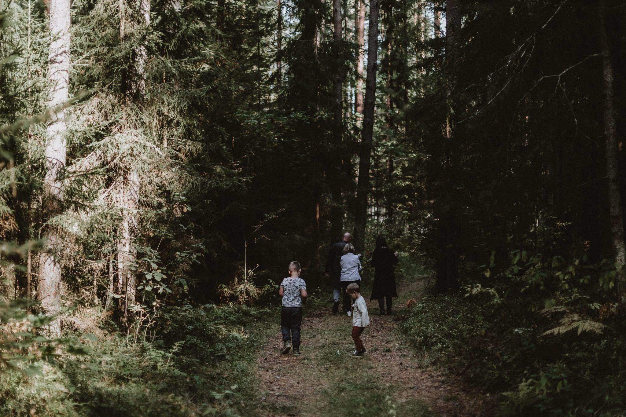 Perekond jalutab metsarajal