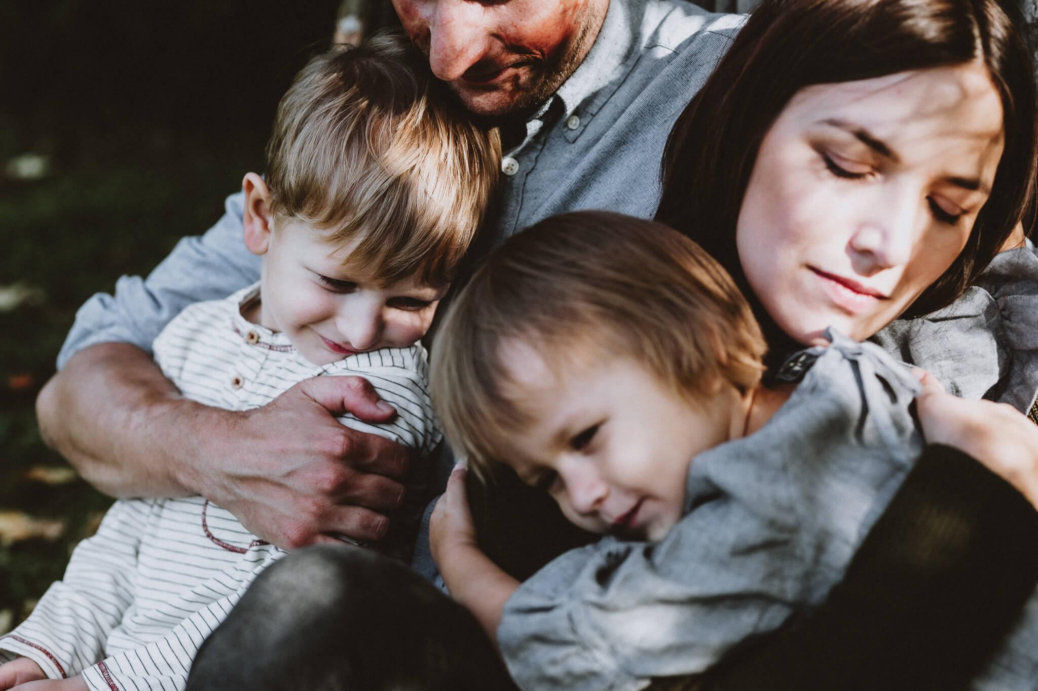 Elustiili foto perest, kus on ema, isa, poeg ja tütar üksteise kõrval