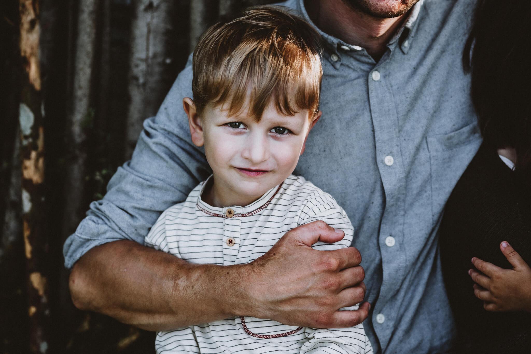 Portree viieaastasest poisist, kellel on isa käsi ümber