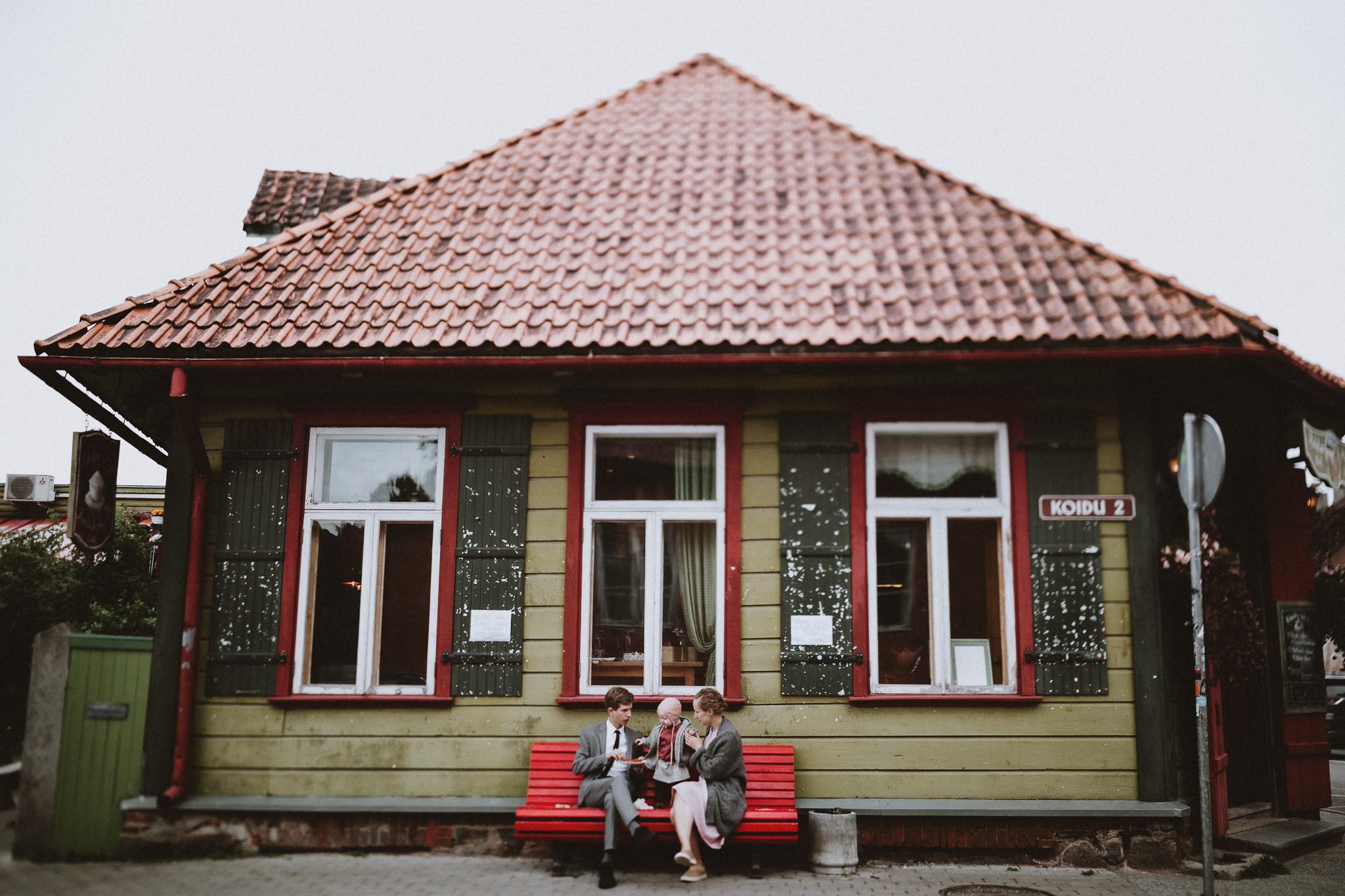 perepilt viljandis, rohelise maja kohviku ees pirukaid söömas.