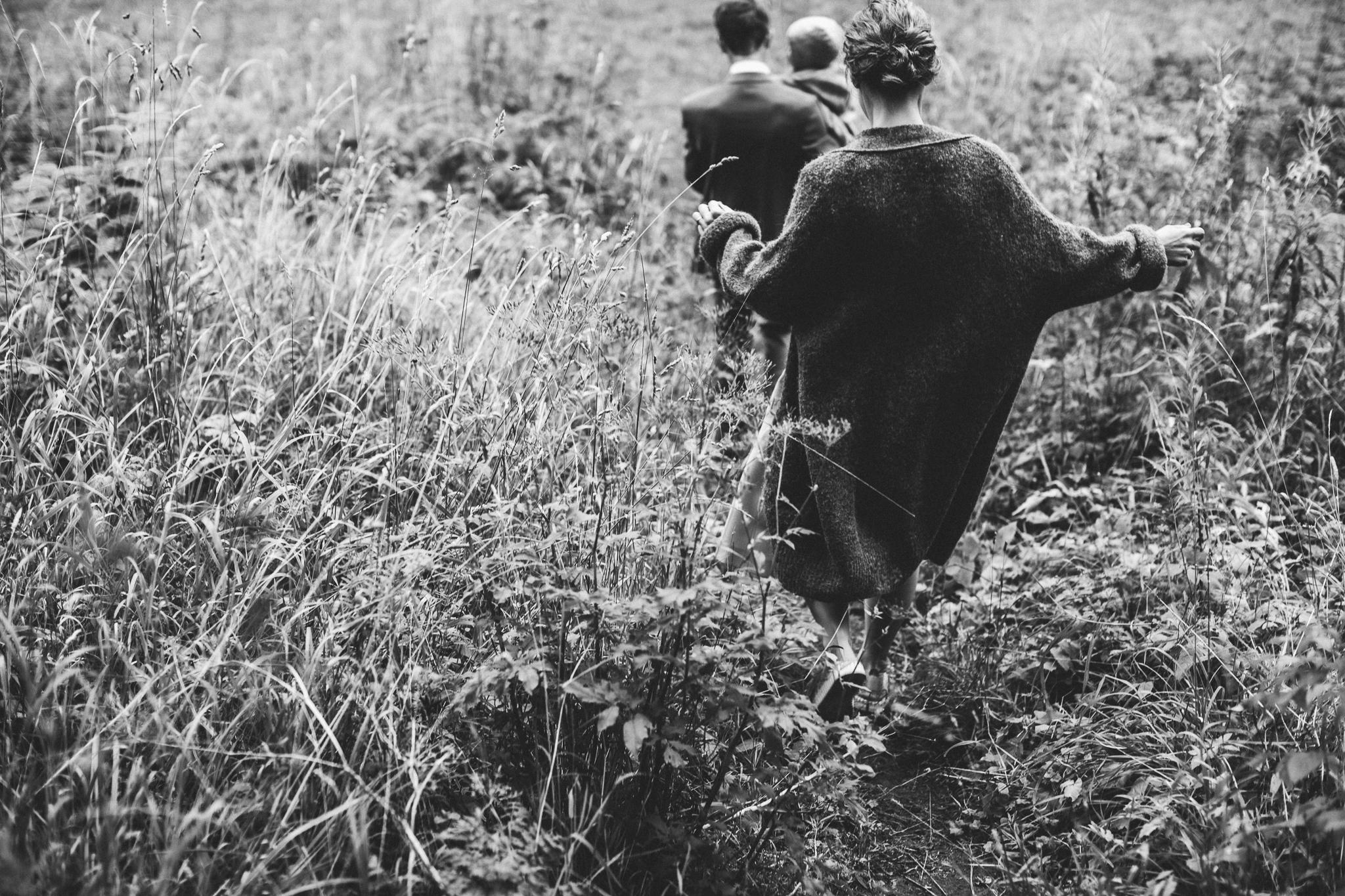 Elopment pulmafot, mustvalge pilt perest, kes jalutab rohus.