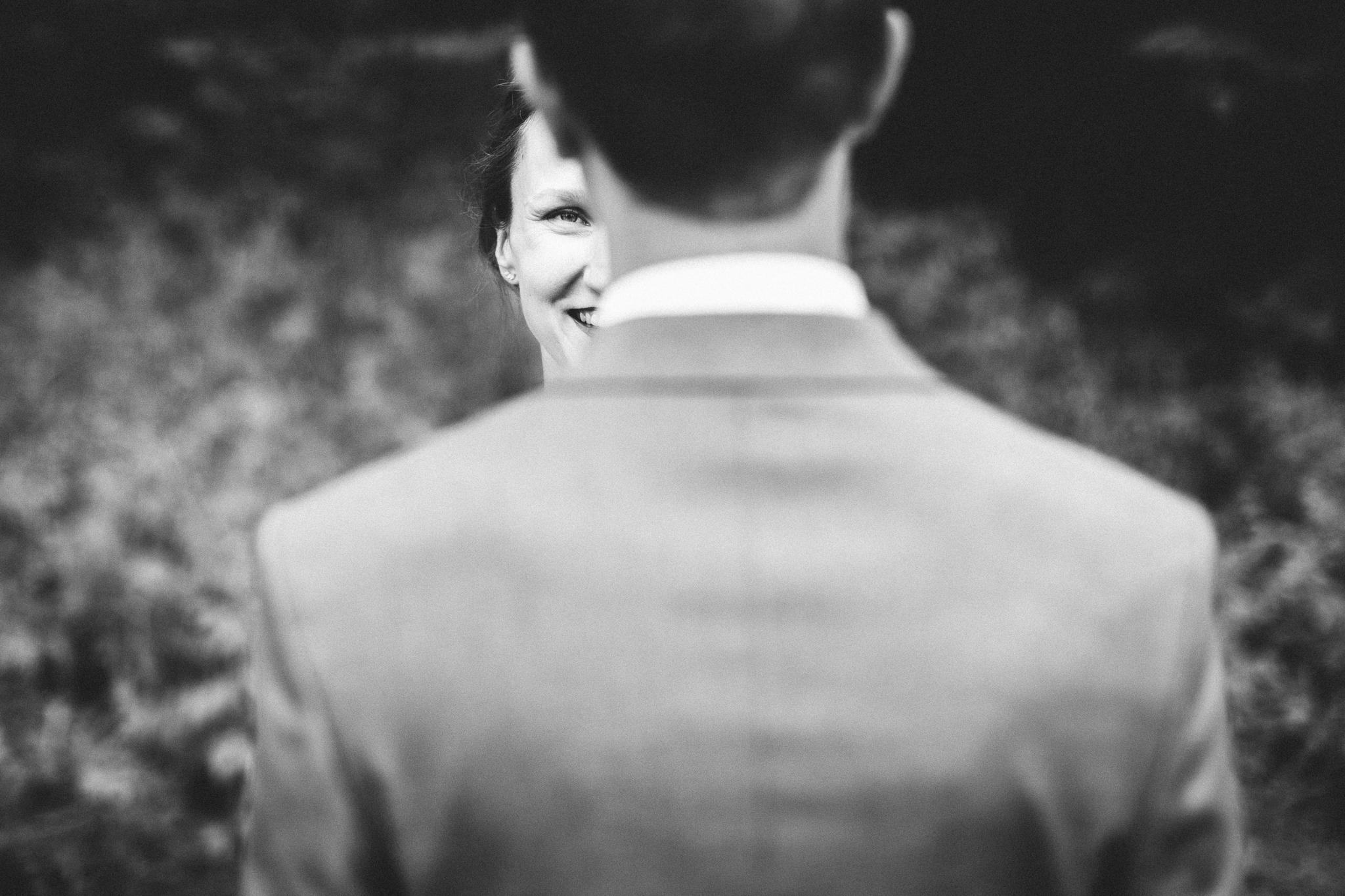 pruut naeratab ja vaatab peigmehele otsa