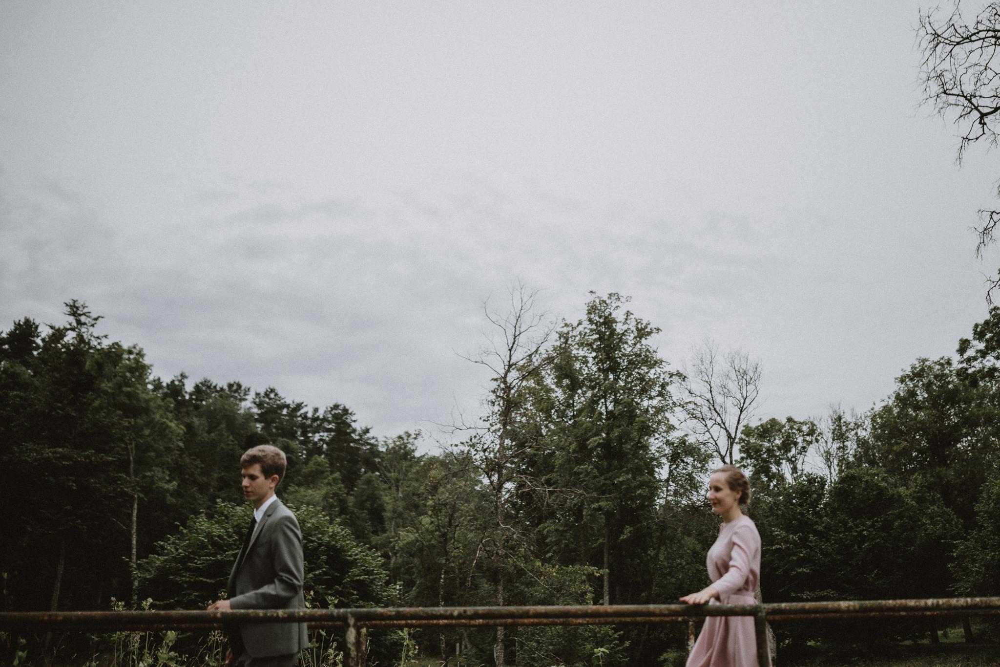elopment pulm viljandis, pruut ja peigmees jalutavad basseinide ääres
